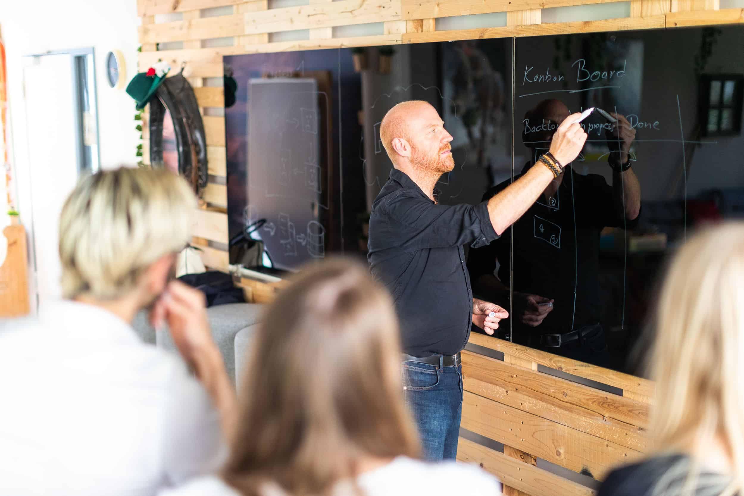 Richard Seidl erklärt ein Kanban Board